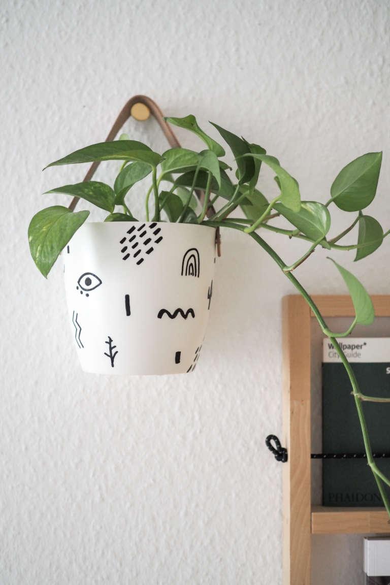 DIY-Blumentopf-gestalten-bemalen-Blumentopf-hängend-Hängeblumentopf-basteln-abstraktes-Muster-Pilot-pintor-paulsvera
