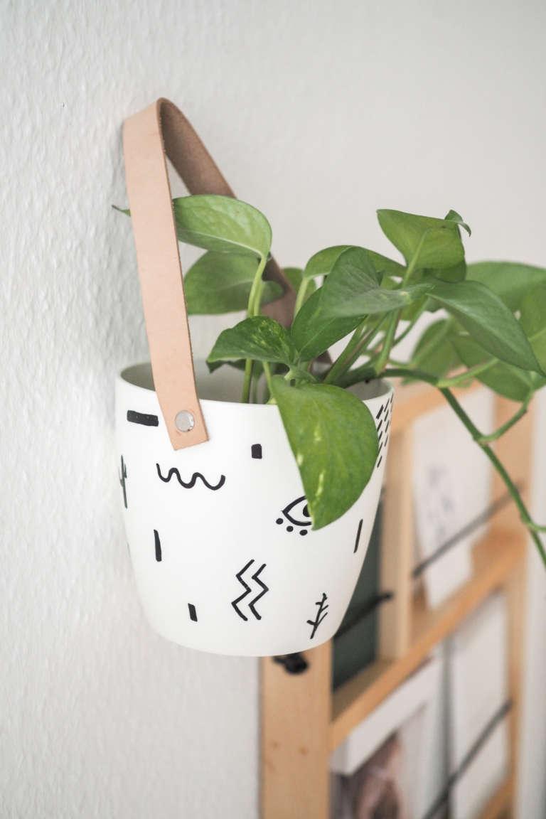 DIY-Blumentopf-gestalten-bemalen-Blumentopf-hängend-Hängeblumentopf-basteln-leder-abstraktes-Muster-Pilot-pintor-paulsvera