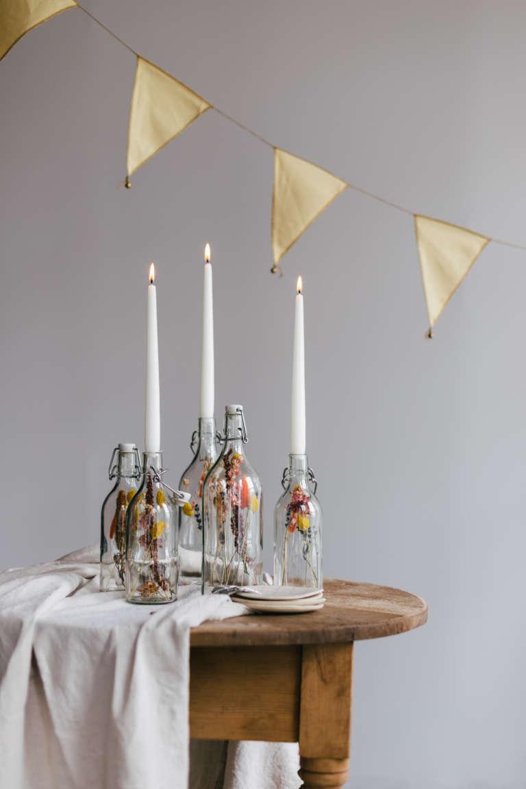 DIY Idee mit Trockenblumen Glasflaschen Kerzenstander mit Trockenblumen Tischdeko paulsvera 9