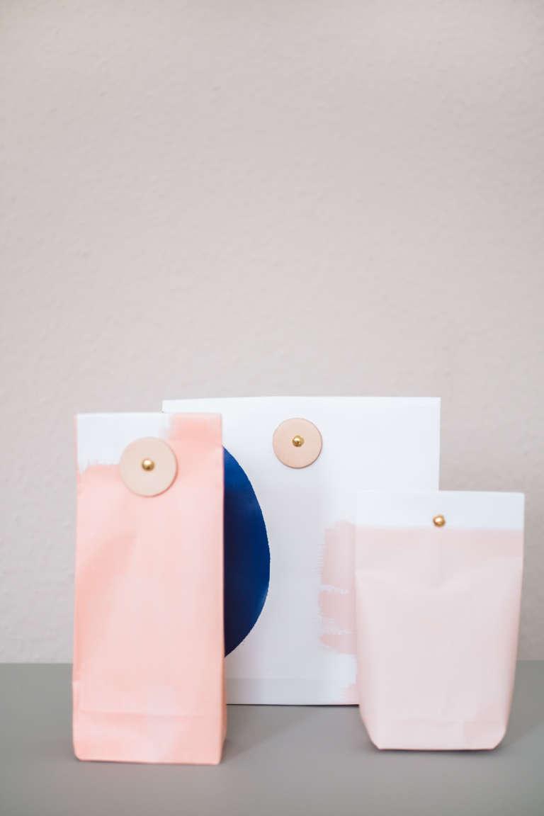 Diy Ideen Geschenke Verpacken Tuten Selber Basteln Falten Verschluss Mit Leder Paulsvera