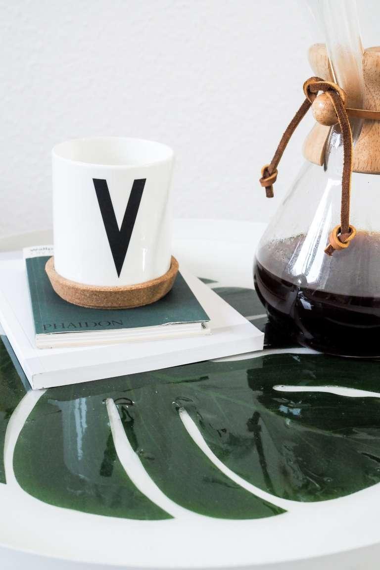 DIY Idee mit Gießharz Tisch mit Monsterablatt Pflanzen mit Gießharz eingießen DIY Deko paulsvera