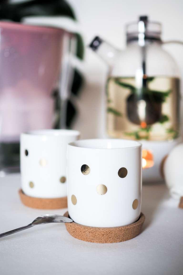 DIY Idee für Porzellan und Geschirr mit Goldfolie Aufkleber moderne Teekanne und Tassen mit Goldpunkten paulsvera