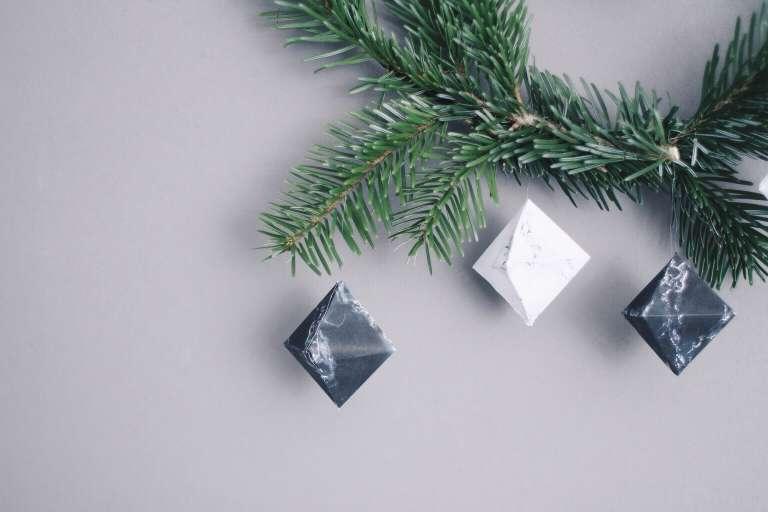 Diy Freebie Marmor Anhaenger Baumschmuck Weihnachten Trend Marmoriert Papierdiamant Anleitung Blog Paulsvera 4