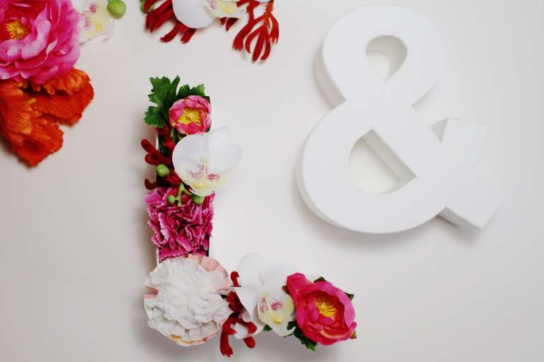 DIY_Geldgeschenk zur Hochzeit Blumen Pompoms Iniitialen Buchstaben_Paulsvera