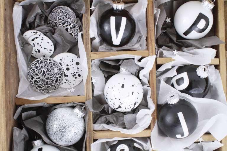DIY_Weihnachtsbaumschmuck selber gestalten-Typografie_Buchstaben-Sprenkel-Craquele-schwarz-weiß-paulsvera-5