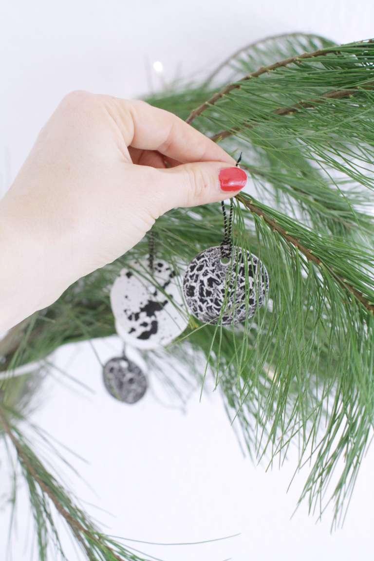 DIY_Weihnachtsbaumschmuck selber gestalten-Typografie_Buchstaben-Sprenkel-Craquele-schwarz-weiß-paulsvera