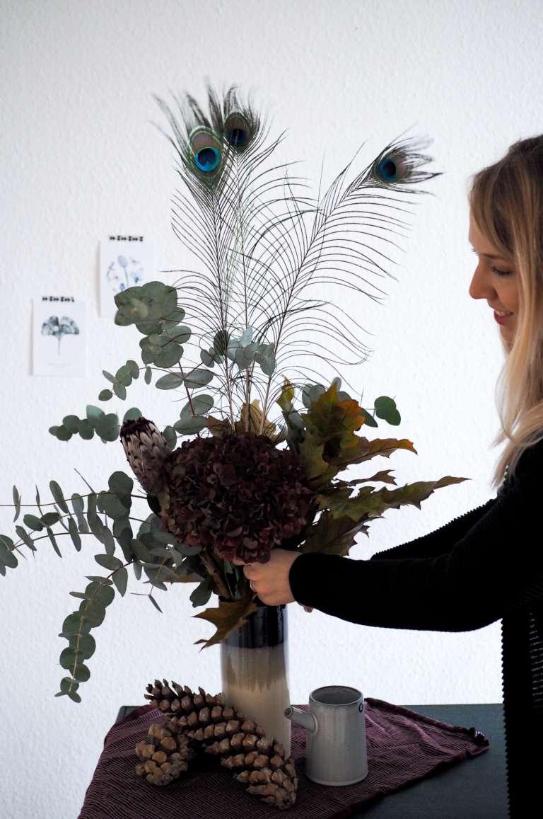 Herbststrauß-herbstlicher-Blumenstrauß-moderne-Idee-in-bordeauxrot-paulsvera