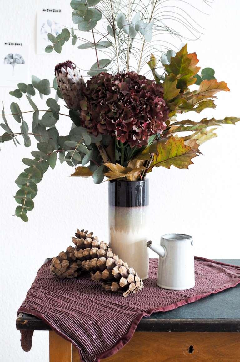 Herbststrauß-Blumenstrauß-Herbst-bordeauxrot-Pfauenfeder-paulsvera