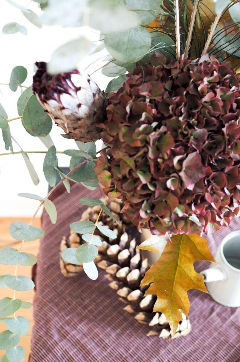 Herbstlicher-Blumenstrauß-Hortensie-Eukalytus-Herbstlaub-Protea-neriifolia-Inspiration-paulsvera