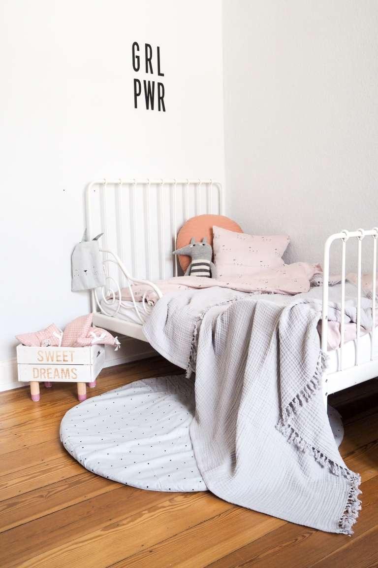 Kuschelige Bettecke im Kinderzimmer mit schöner Kinderzimmer Deko in grau und rosa