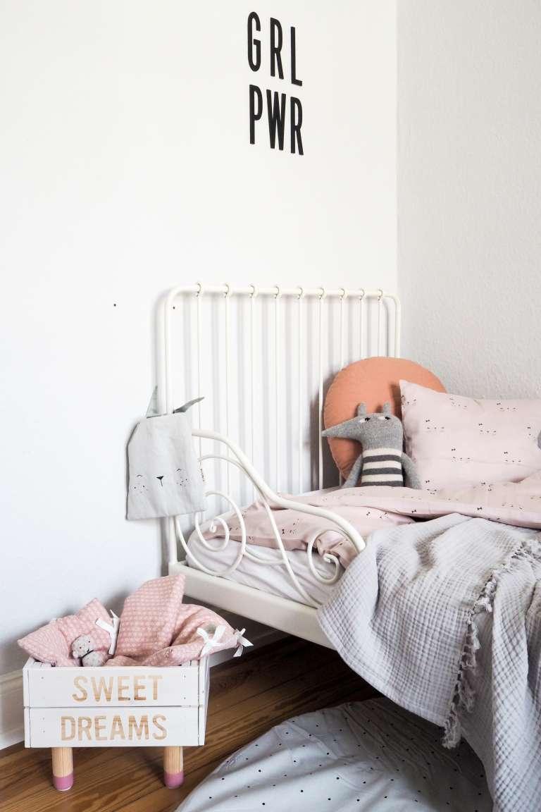 Kinderzimmer Deko Kinderzimmer einrichten Ideen für Schlafecke Kinderzimmer Deko in rosa, weiß und grau Interior Blog paulsvera