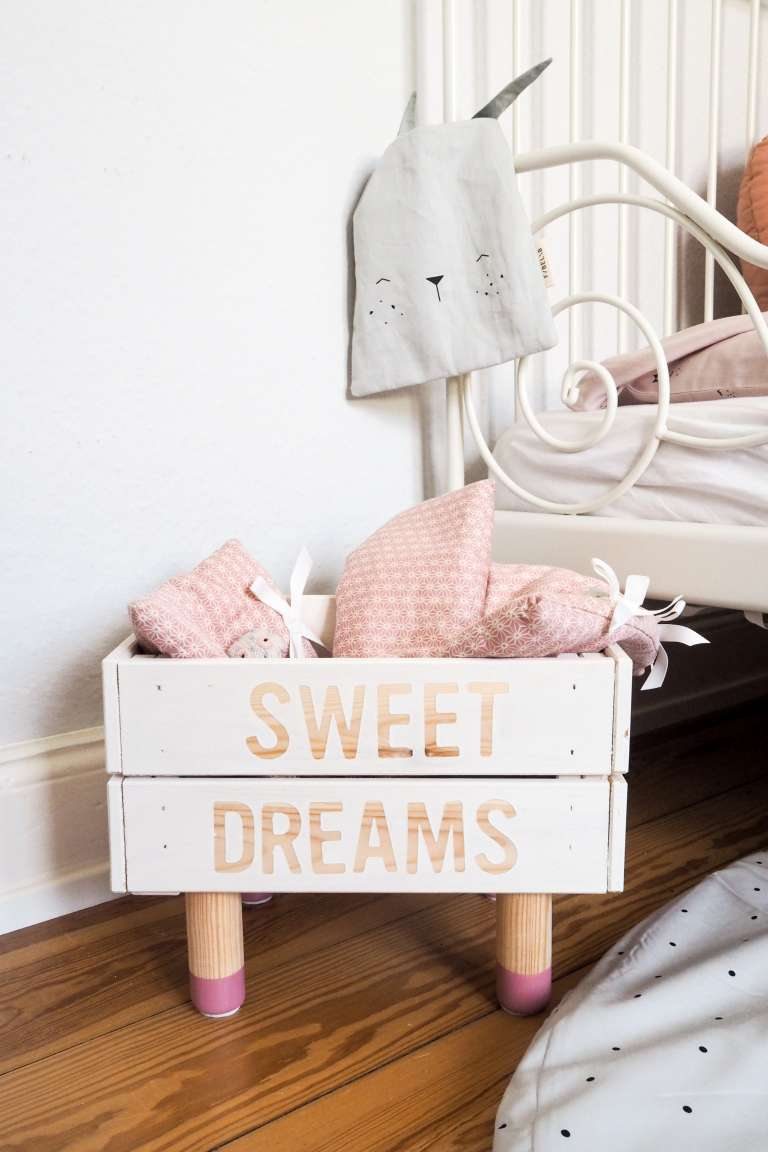 DIY Puppenbett mit Schriftzug und rosa Holzfüßen - schöne Kinderzimmer Deko