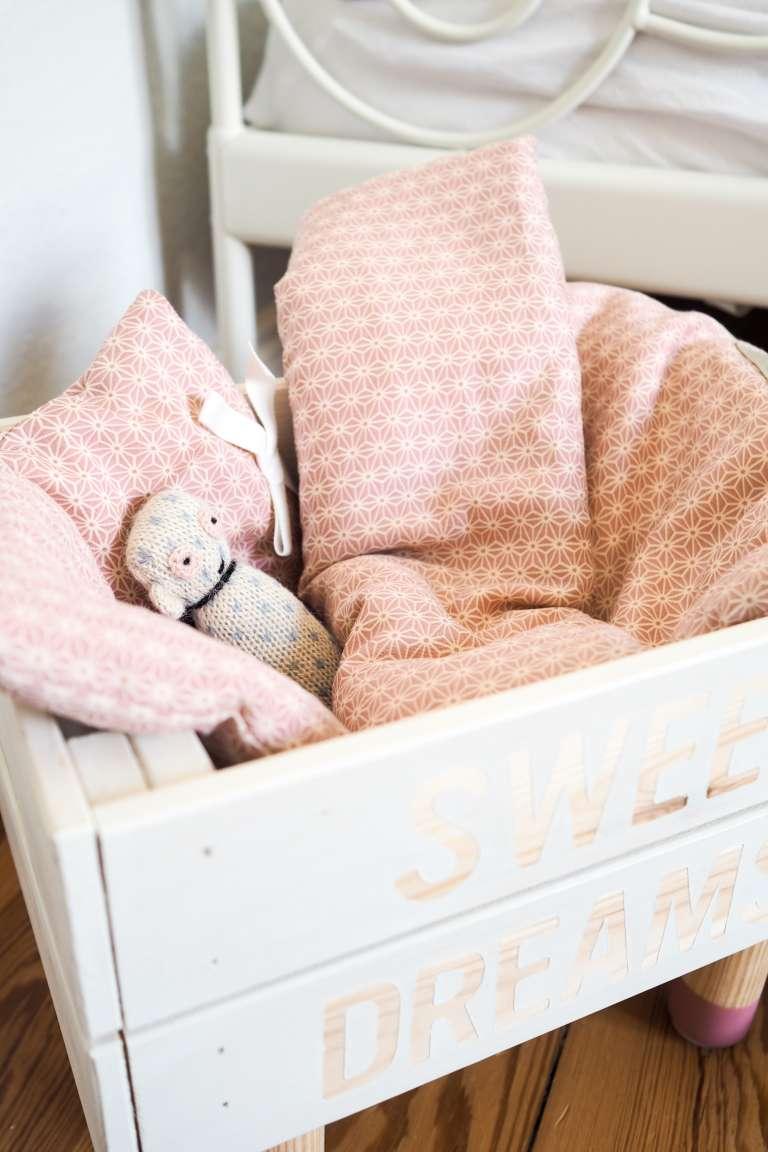 selbstgebautes Puppenbett und stylische Puppenbettwäsche