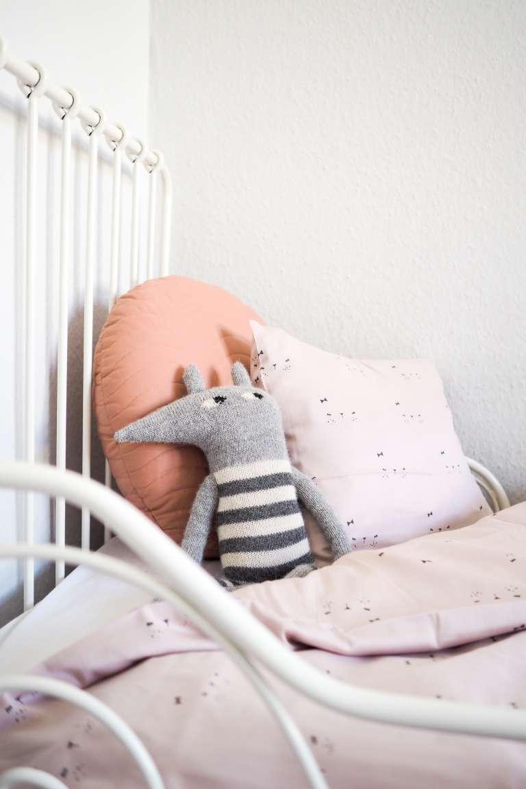 Kinderbett schöne Kissen und Kuscheltiere zum Kaufen
