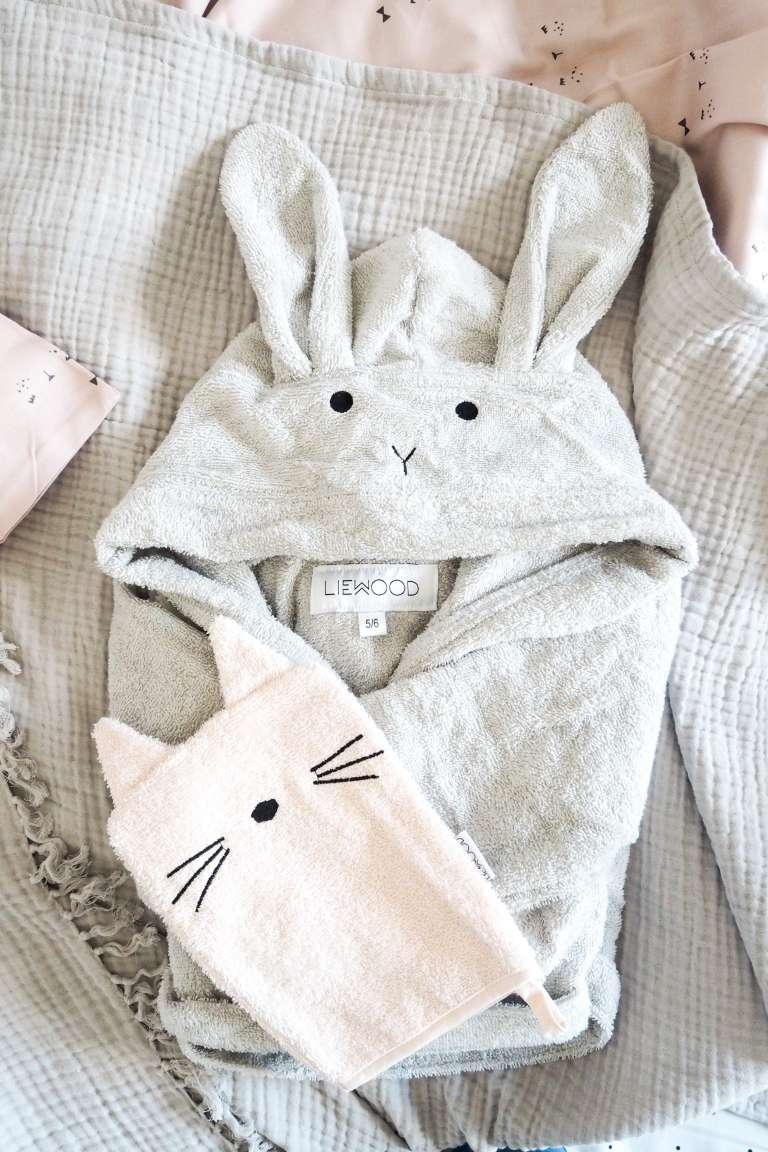 FAirtrade Green Fashion für Kinder grauer Kinder-Bademantel mit Hasenohren und rosa Kinder-Waschlappen mit Katzengesicht