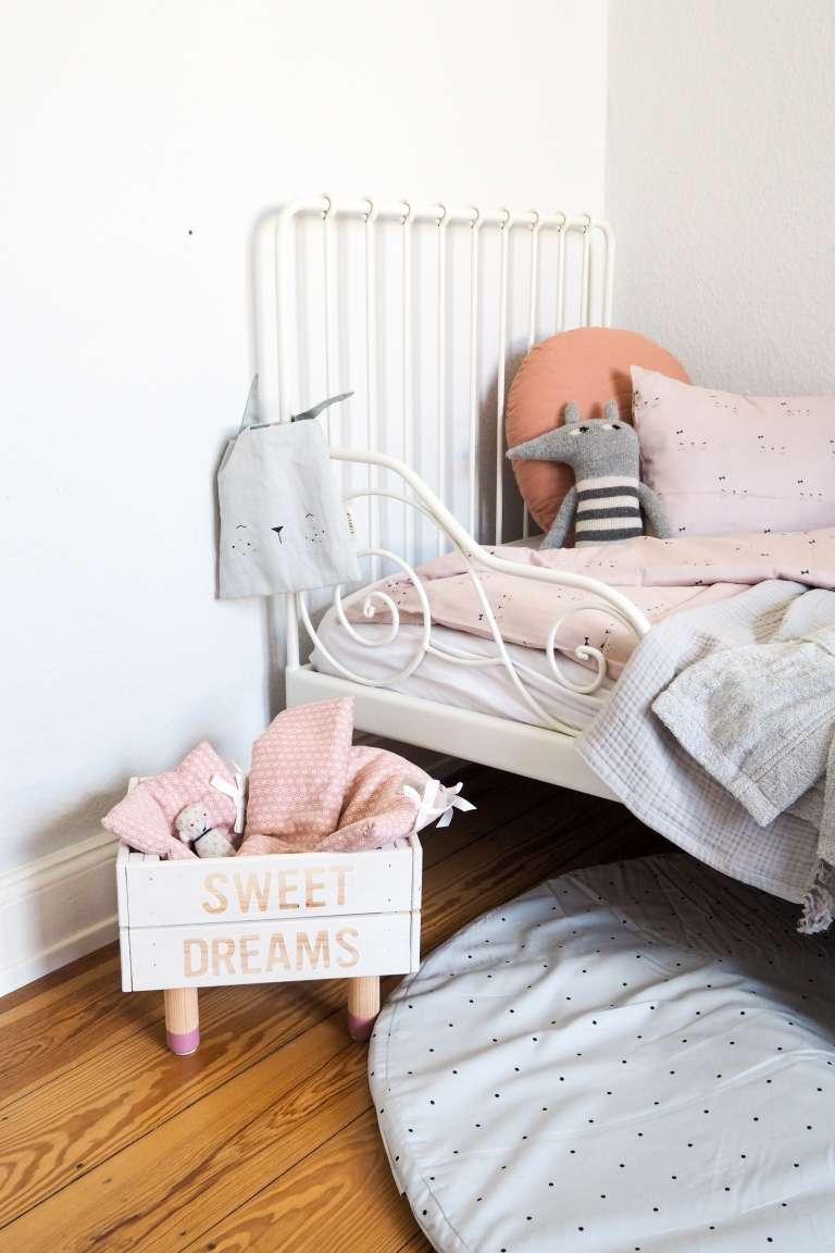 Schönes Mädchenkinderzimmer mit Deko in rosa weiß und grau