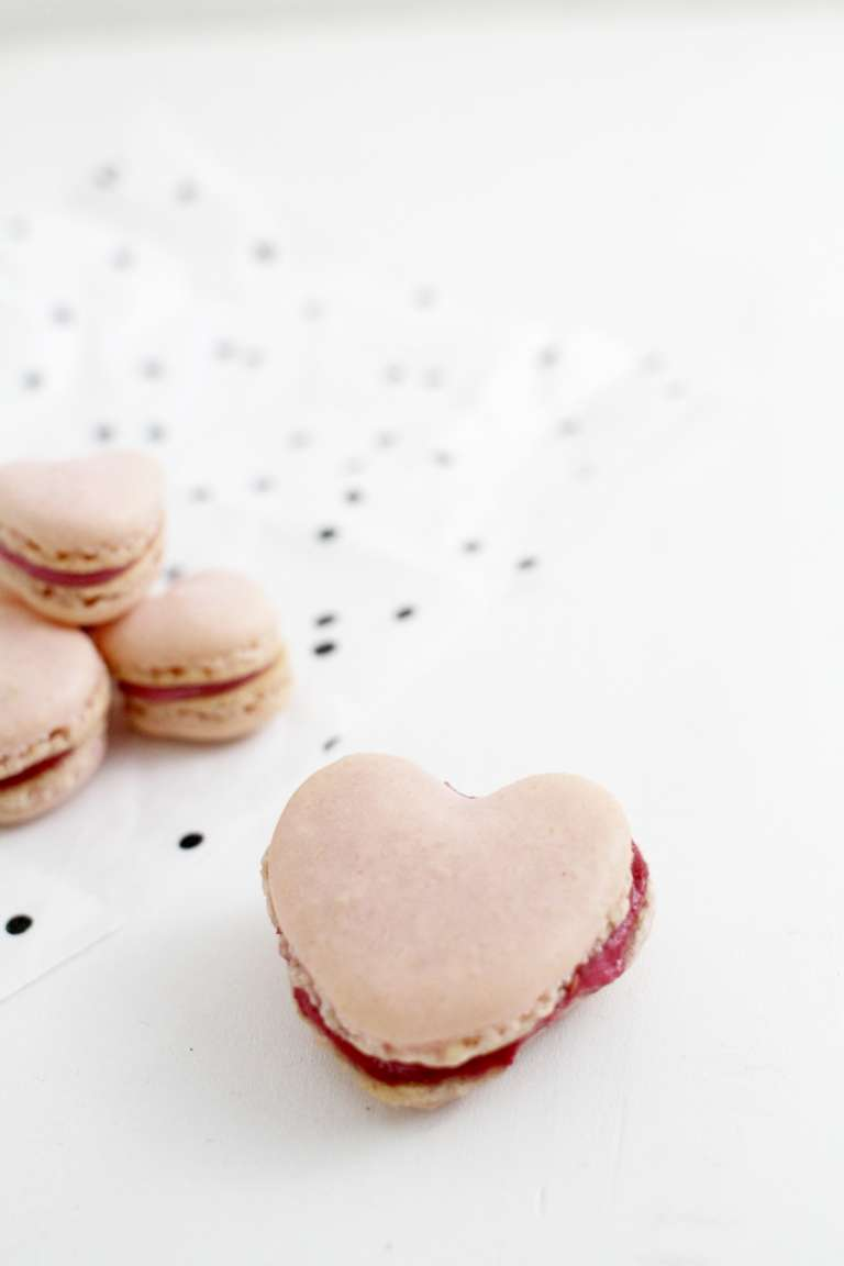 Valentinstag Himbeer Macarons In Herzform 2