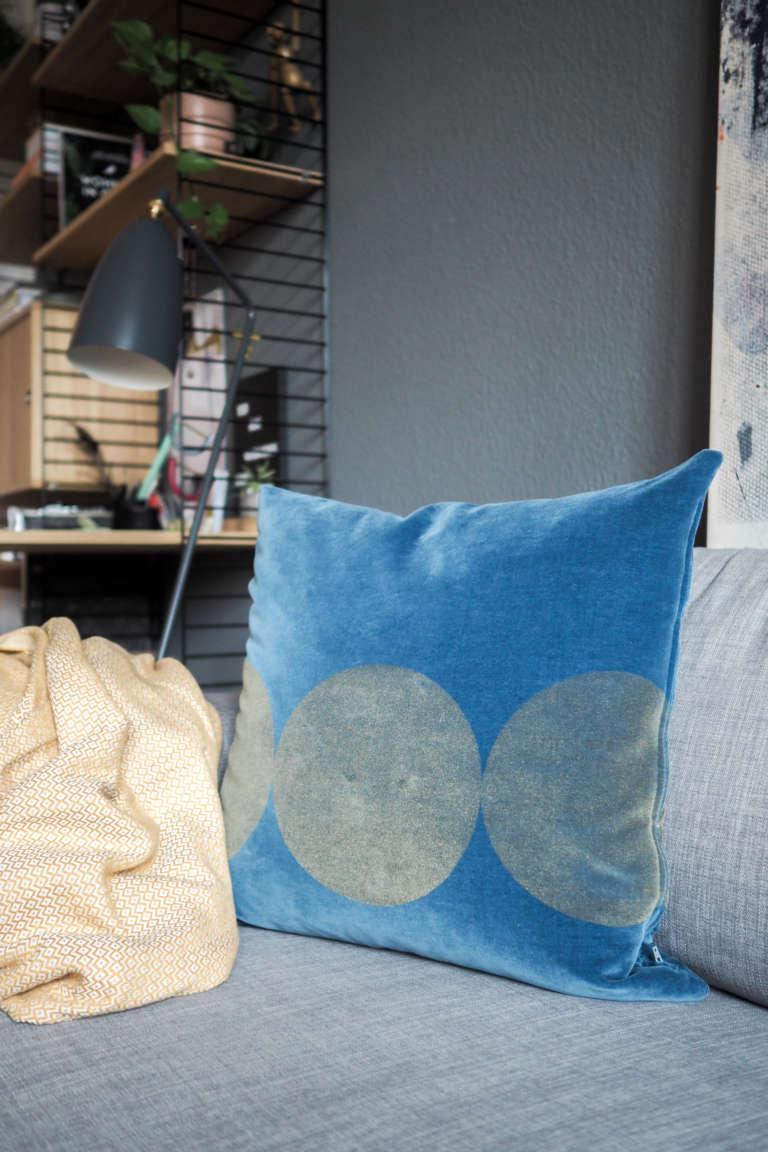 Wohnzimmer-Einrichten-Inspiration-Kissen-aus-Samt-Samtkissten-Siebdruck-skandivavisches-Design-Wohnzimmer-DIY-Home-Deko-Interior-paulsvera