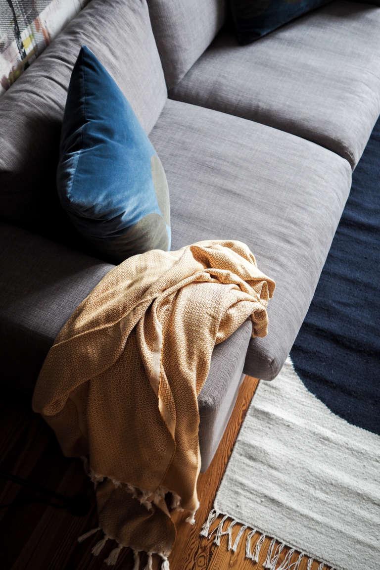 Wohnzimmer-Einrichten-Inspiration-Kissen-aus-Samt-Samtkissten-Siebdruck-Decke-Elmas-Home-skandivavisches-Design-Wohnzimmer-DIY-Home-Deko-Interior-paulsvera