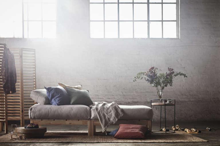 ikea-hjartelig-kollektion-sofa-bett-holzgestell-paravant-paulsvera